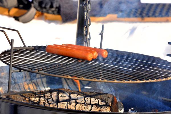Bortelid-Camping-pølser-på-grillen